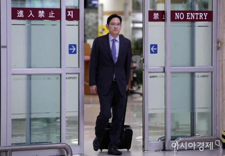 일본 정부의 일부 반도체·디스플레이 소재 수출규제에 대한 해결 방안 모색을 위해 일본을 방문했던 이재용 삼성전자 부회장이 12일 서울 김포공항을 통해 귀국하고 있다./김현민 기자 kimhyun81@