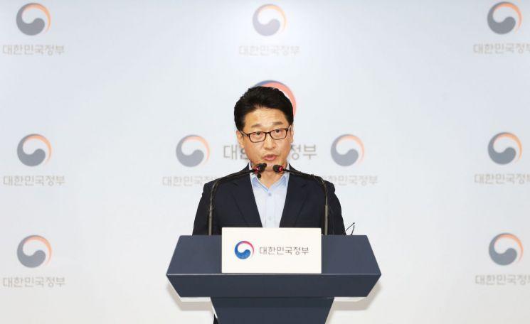 이호현 산업통상자원부 무역정책관이 12일 저녁 8시 50분 정부서울청사 브리핑룸에서 '한일 전략물자 수출 통제 제도 양자협의 결과'와 관련해 기자단에게 브리핑하고 있다.