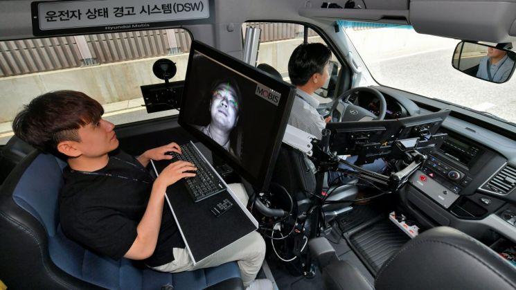 현대모비스 연구원이 운전자 동공추적과 안면인식이 가능한 '운전자 부주의 경보시스템'을 상용차에 적용해 시험하고 있다.(사진=현대모비스)