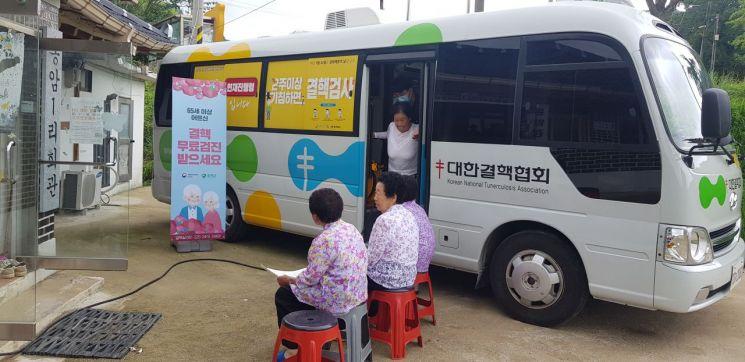 어르신들이 디지털 X선 장비가 탑재된 이동 검진 차량에서 결핵 검사를 받고 있다.