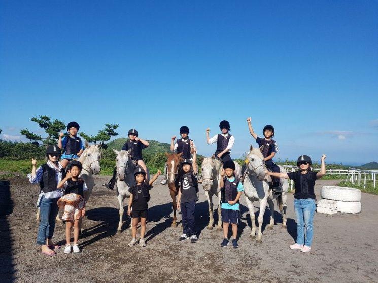 함평군 드림스타트 학생들이 승마 체험을 하고 있다. 사진=함평군