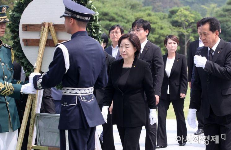 [포토] 현충탑 헌화하는 심상정