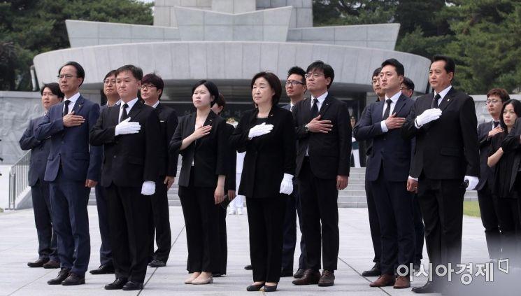 [포토] 국민의례하는 심상정 대표