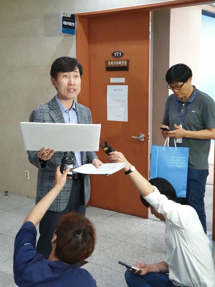 하태경 바른미래당 의원은 14일 국회 정론관에서 일본 산케이신문의 2009년 보도 내용을 공개했다. 하 의원이 정론관 발표 직후 기자들에게 설명하고 있는 모습. / 류정민 기자 jmryu@