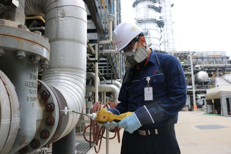 SK인천석유화학 구성원이 공정 현장에서 SHE(Safety, Health, Environment/안전·보건·환경)현황을 점검하고 있다.