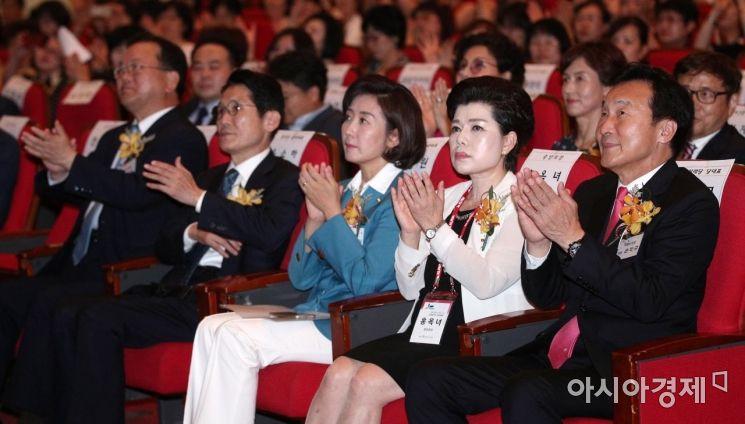 [포토] 박수치는 여야 의원들