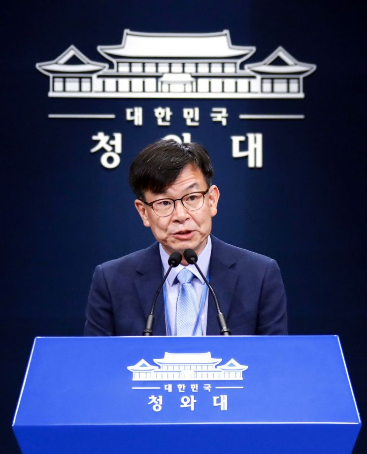 김상조 청와대 정책실장이 14일 춘추관에서 내년도 최저임금과 관련한 청와대의 입장을 밝히고 있다.  사진=연합뉴스