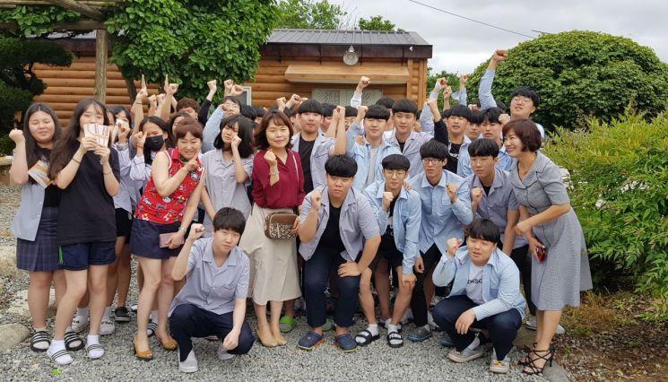 광일고 4회 졸업생들, 모교에 '사랑쿠폰' 전달