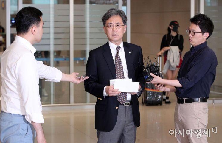 [포토] 취재진과 인터뷰하는 김현종 국가안보실 2차장