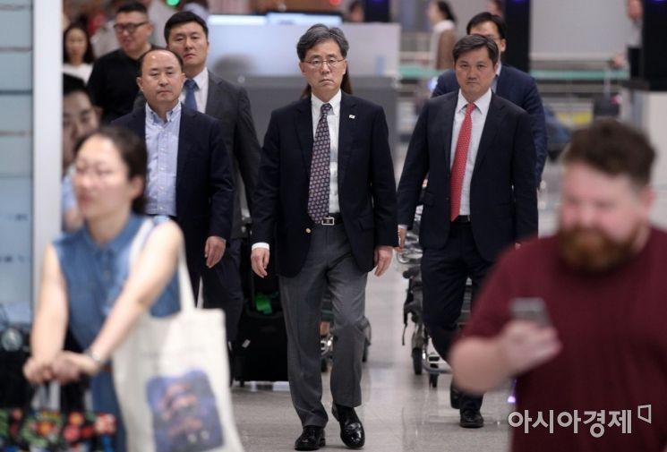 [포토] 입국장 들어서는 김현종 국가안보실 2차장