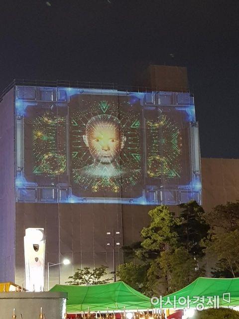 14일 오후 9시 30분께 광주광역시 동구 금남로에 위치한 전일빌딩에서 신창우 작가의 미디어파사드 전시가 펼쳐지고 있다. 이번 전시는 광주미디어페스티벌 연계 전시다. 전일빌딩이 거대한 캔버스가 됐다.
