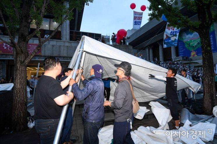 [포토]천막 자진철거하는 우리공화당