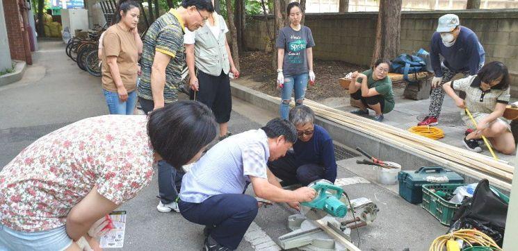 집 수리를 통한 사회적 경제 활성화를 위해 지난 6월 말 개강한 '주민 기술학교'에서 수강생들이 영등포구사회적경제지원센터에서 실습을 하고 있다.