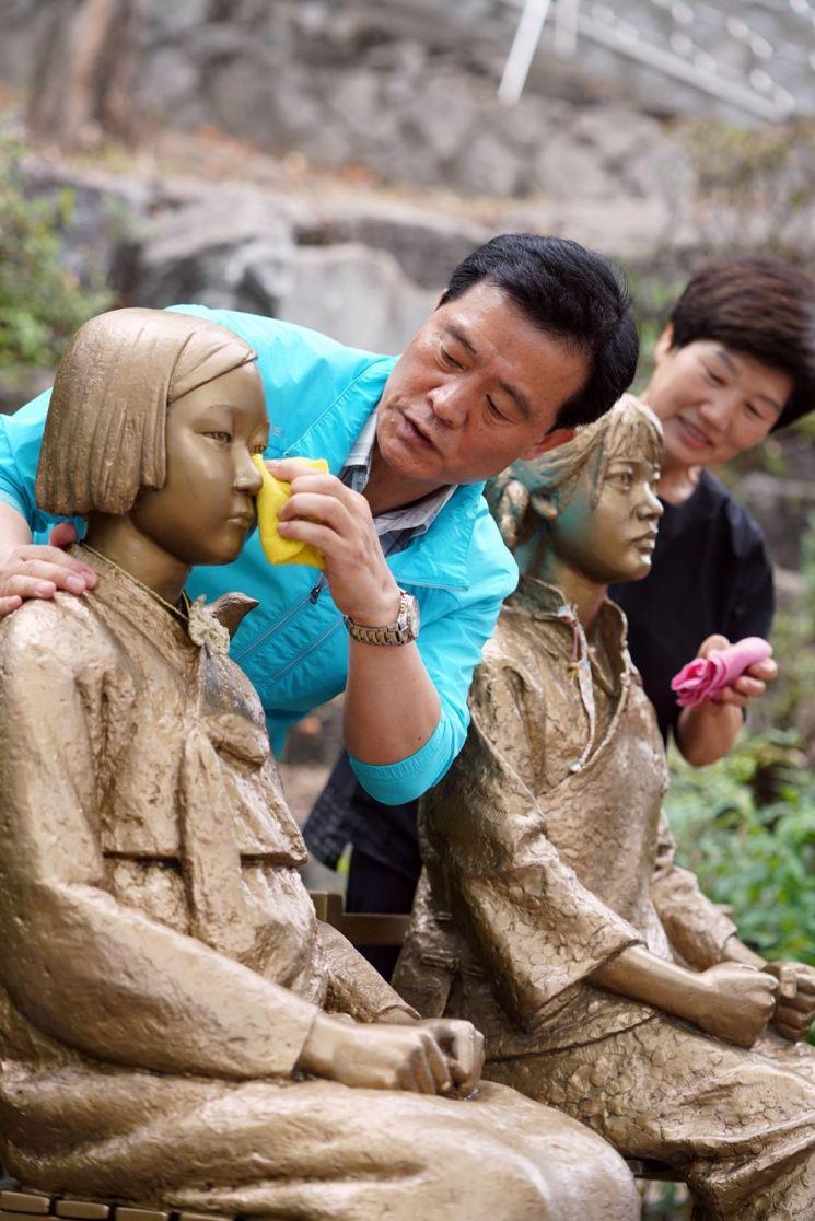 일본의 일방적인 경제보복이 시작된 지난 7월 이 구청장과 성북구 직원은 성북구 동소문동 가로공원에 설치된 한중 평화의소녀상 청소에 나섰다.