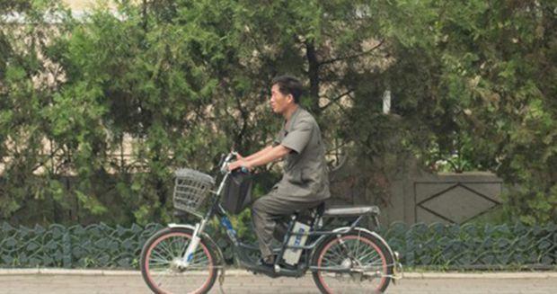 평양에서 한 시민이 전기자전거를 타고 어디론가 향하고 있다(사진=연합뉴스).