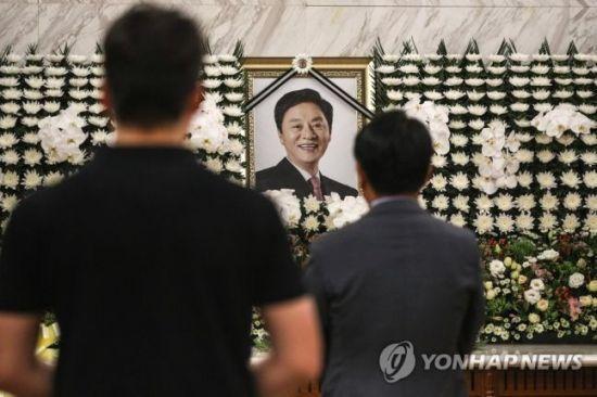 17일 오전 서울 신촌 세브란스병원 장례식장에 마련된 고 정두언 전 새누리당 의원 빈소에 조문객들이 조문을 하고 있다/사진=연합뉴스