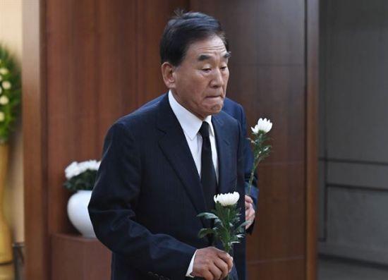 이재오 전 의원이 17일 서울 신촌 세브란스병원 장례식장에 마련된 고 정두언 전 새누리당 의원 빈소를 조문하고 있다. [이미지출처=연합뉴스]
