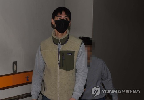 유튜버 밴쯔(29·정만수)가 지난 4월25일 오전 대전 서구 둔산동 대전지법에 들어서고 있다./사진=연합뉴스