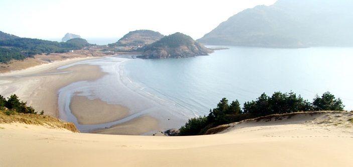 우이도 서북쪽에 위치한 큰대치미해변의 고운 모래가 겨울철 북서풍에 날려 만들어진 모래언덕 (사진제공=신안군)
