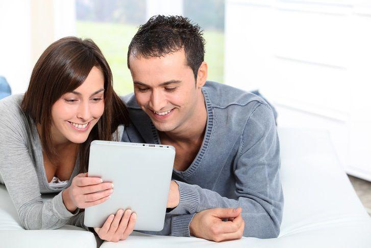 디지털로 소통하고 생활하는 것이 익숙한 요즘 사람들은, 감정 표현도 자신보다 더 잘할 수 있는 매체를 선호합니다. TV나 인터넷 커뮤니티를 보면서 대리만족을 느끼기도 합니다. [사진=GettyImagesbank]