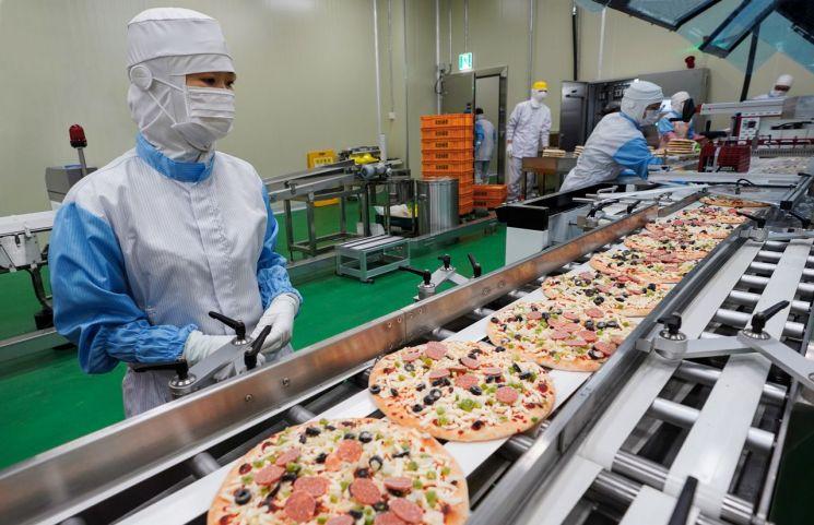 신세계푸드 오산2공장에서 냉동피자가 만들어지는 모습.