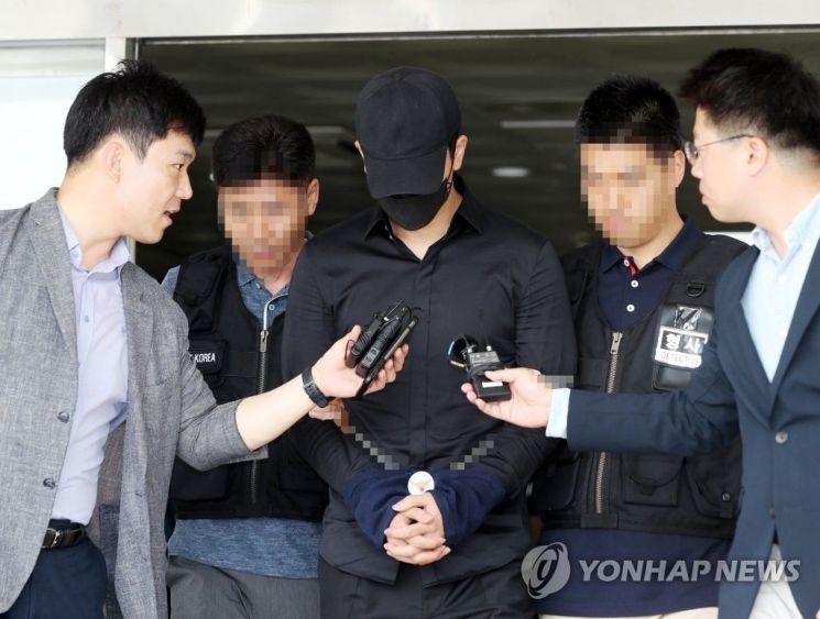 음란행위를 한 혐의를 받는 프로농구 인천 전자랜드 엘리펀츠 소속 정병국 선수가 19일 오후 영장실질심사를 받기 위해 법원으로 향하고 있다. [사진=연합뉴스]