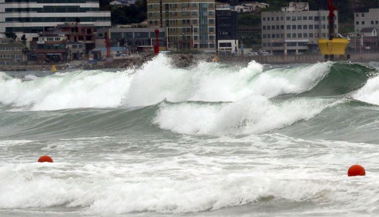 제5호 태풍 '다나스'가 북상 중인 19일 오후 부산 해운대해수욕장(사진=연합뉴스)