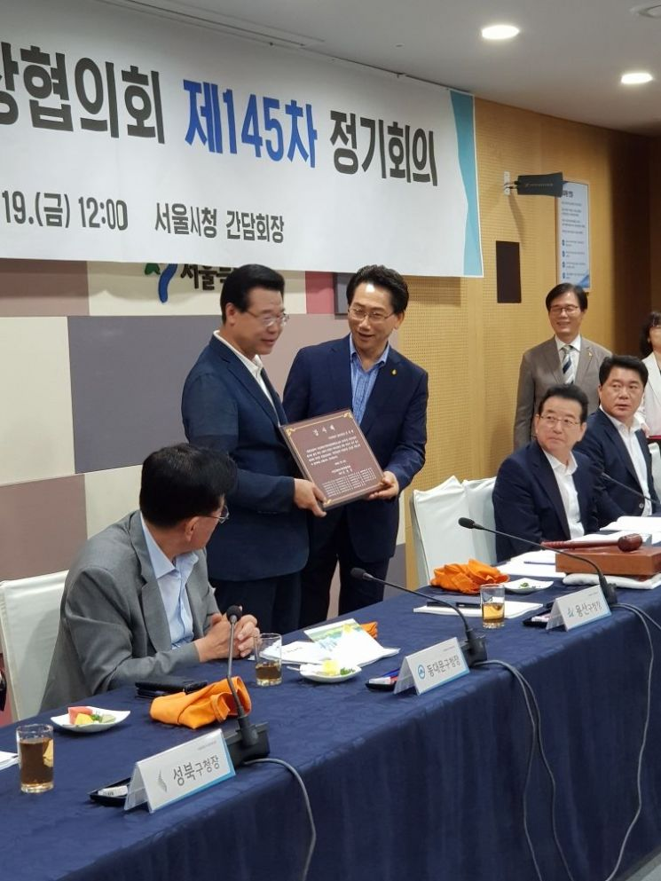 김영종 신임 회장(오른쪽)이 전임 성장현 회장에게 감사패를 전달하며 노고를 치하했다.
