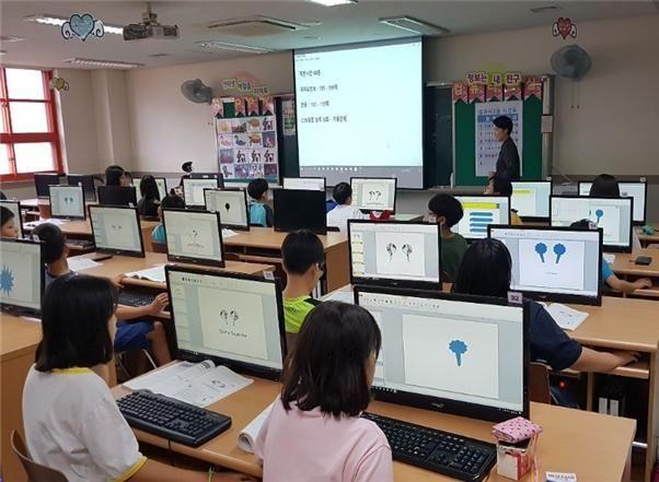 방학 중 방과후학교 컴퓨터 수업을 받고 있는 은명초 학생들.