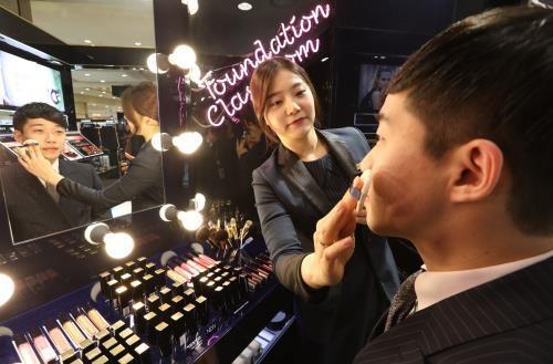 한 백화점에서 화장을 받는 남성.사진=연합뉴스
