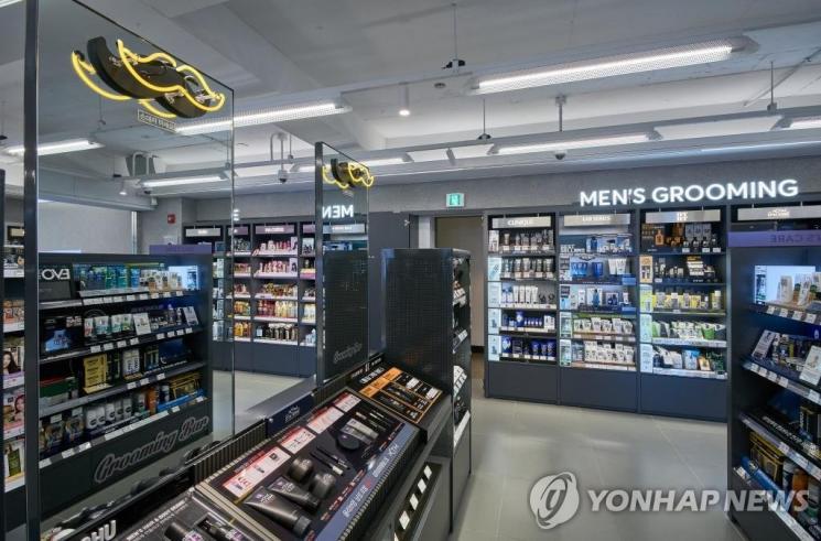 한 올리브영 매장에 설치된 '남성 그루밍 존'.사진=연합뉴스
