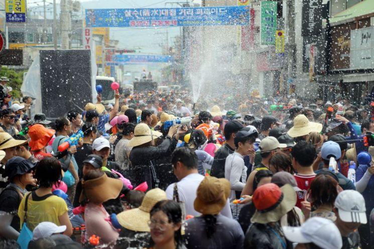 지난해 관광객과 지역민이 한 데 어울려 물싸움을 벌이며 거리를 행진하고 있다. (사진제공=장흥군)