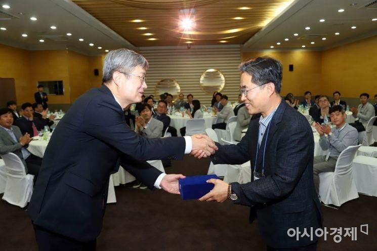 아이마켓코리아 남인봉 대표이사(사진 좌)가 우수 협력업체 대표에게 감사패를 전달하고 있다.
