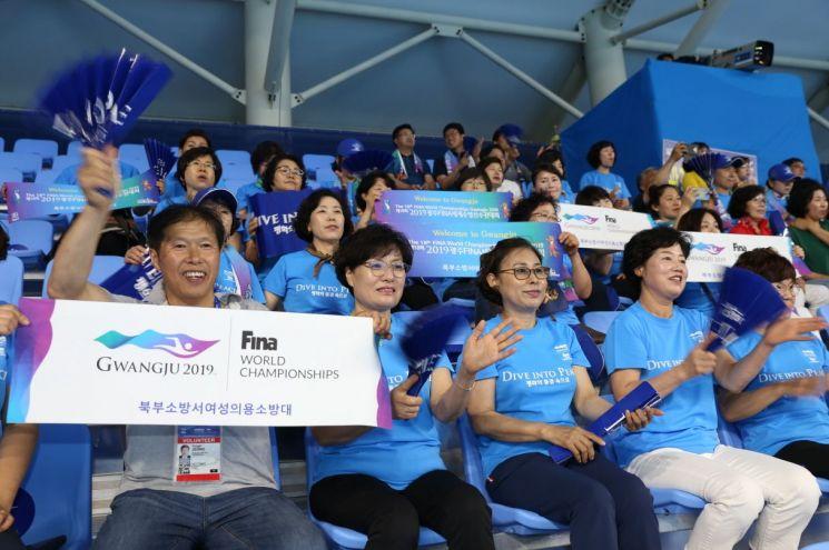 광주시 의용소방대원, 수영대회서 열띤 응원 펼쳐