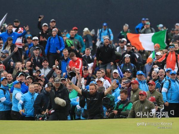 셰인 라우리가 148번째 디오픈 최종일 18번홀에서 우승이 확정되는 순간 환호하고 있다. 포트러시(북아일랜드)=Getty images/멀티비츠