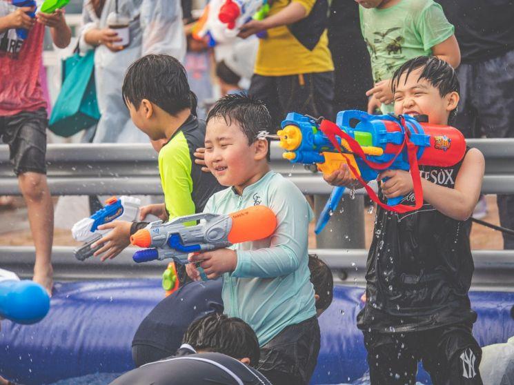 강동구, 광진교 '다리 위 물총축제' 열어
