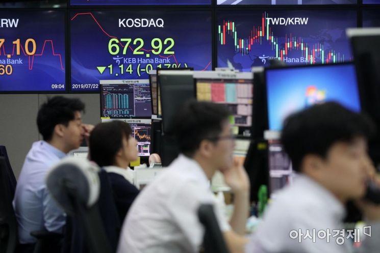 코스피 지수가 4.01p(0.19%) 내린 2090.35 개장한 22일 서울 을지로 KEB하나은행 딜링룸에서 직원들이 업무하고 있다. 코스닥은 전 거래일 대비 0.06포인트(0.01%) 내린 674.00 출발했다./김현민 기자 kimhyun81@