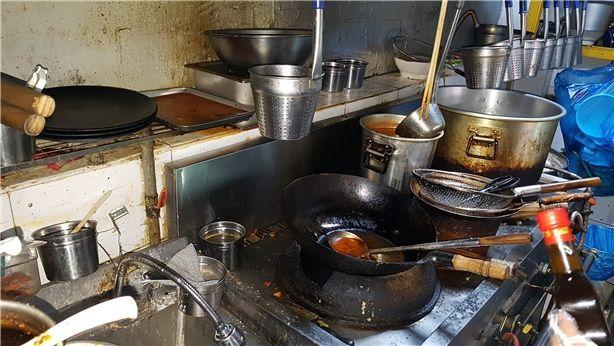 식약처가 적발한 마라탕 음식전문점의 주방. 기름때가 찌들어 있다. 사진=식약처 제공