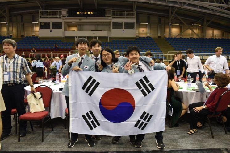 시상식 직후 왼쪽부터 정연규, 남지우, 김정태, 이재형 학생이 기념 촬영을 하고 있다.