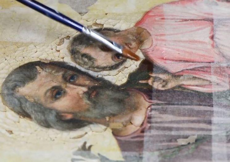 예술작품을 복원, 보존하는 과정에 세정제로는 사람의 침이 가장 효과적이라고 합니다. [사진=유튜브 화면캡처]