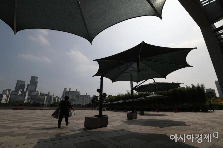 중복(中伏) 더위가 기승을 부린 22일 서울 용산구 국립중앙박물관에서 한 시민이 그늘 쉼터를 지나고 있다. /문호남 기자 munonam@