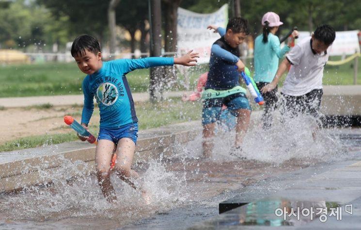 [포토] 한강공원에서 즐기는 물놀이