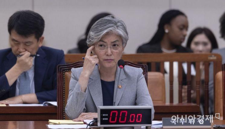 강경화 외교부 장관이 22일 국회에서 열린 외통위 전체회의에 출석, 심각한 표정으로 의원들 발언을 듣고 있다./윤동주 기자 doso7@