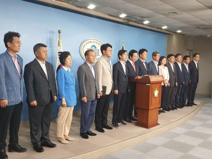 김성태 자유한국당 의원(전 원내대표)은 22일 국회 정론관에서 KT 부정채용 의혹과 관련한 검찰의 기소를 비판했다. 이날 김 의원의 기자회견에는 한국당 의원들도 참여했다. 류정민 기자 jmryu@