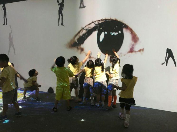 어린이들이 미디어아트를 관람하고 있다. 사진=광주문화재단 제공