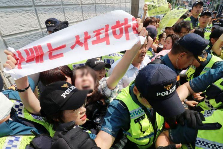 부산지역 대학생들이 22일 오후 부산 동구 일본영사관 안으로 들어가 일본 경제보복에 항의하는 퍼포먼스를 하다 경찰에 연행되고 있다. 2019.7.22 [부산일 [이미지출처=연합뉴스]