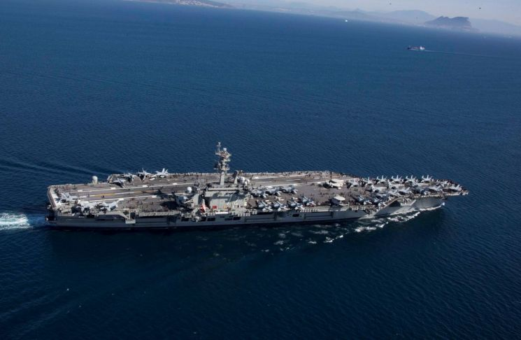 미국의 니미츠급 항공모함 '에이브러햄 링컨'이 지난 4월13일(현지시간) 지브롤터 해협을 지나 지중해로 진입하고 있다. (사진=연합뉴스)