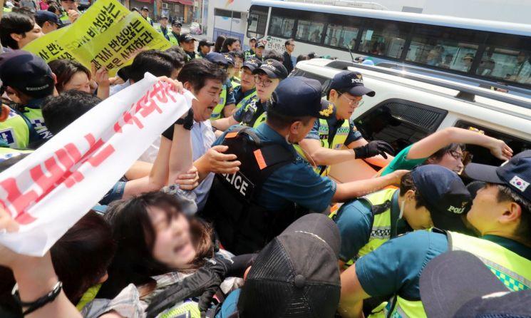 부산지역 대학생들이 22일 오후 부산 동구 일본영사관 안으로 들어가 일본 경제보복에 항의하는 퍼포먼스를 하다 경찰에 연행되고 있다. [이미지출처=연합뉴스]