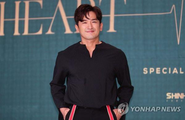 가수 이민우가 강제추행 혐의 논란 속에서 팬미팅을 강행해 화제가 됐다.사진=연합뉴스