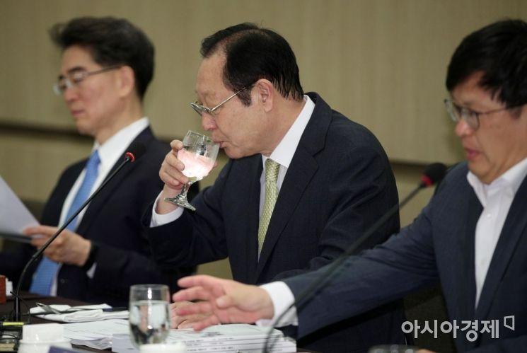 [포토] 물 마시는 권기흥 동반성장위원장